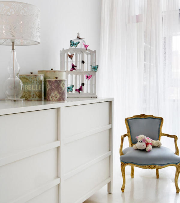 10-Butterflies-teddy-bears-and-lace-touches-remind-that-its-a-girls-room