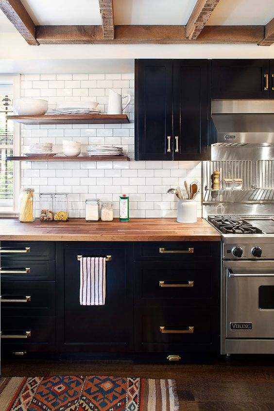 11-traditional-black-kitchen-with-crispy-white-subway-tiles