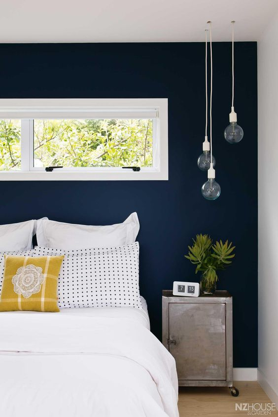 15-navy-accent-wall-for-a-neutral-guest-bedroom
