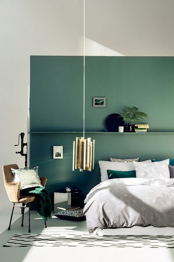 16-green-accent-wall-echoes-with-accessories-of-emerald-color