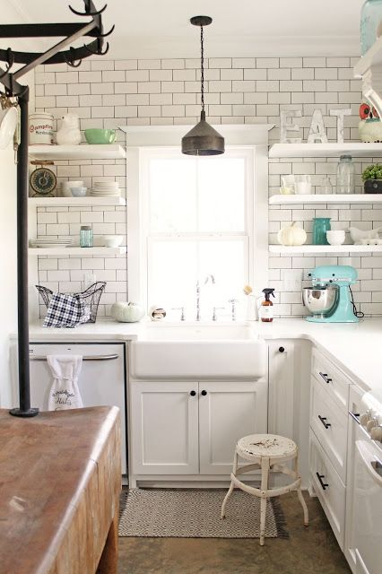 16-modern-farmhouse-kitchen-with-subway-tiles-on-the-wall