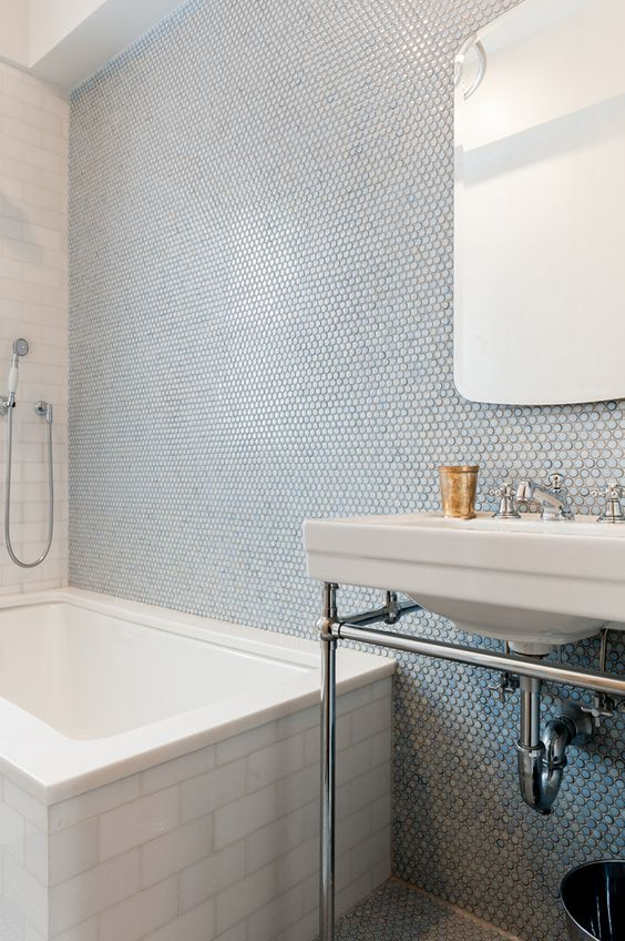 23-penny-tiles-in-blue-shades-done-right-with-subway-tiles-on-the-bathtub