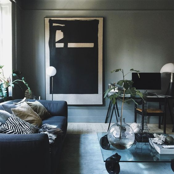 24-grey-walls-a-navy-sofa-and-a-modern-large-scale-artwork