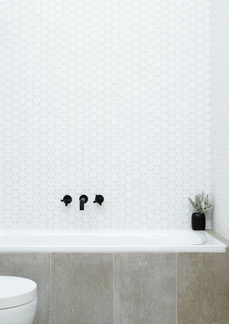 26-white-large-penny-tiles-over-the-bathtub