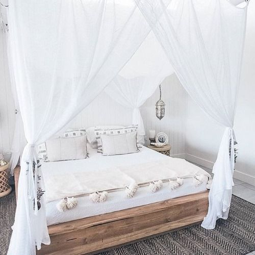 27-boho-inspired-bedroom-with-crispy-white-curtains