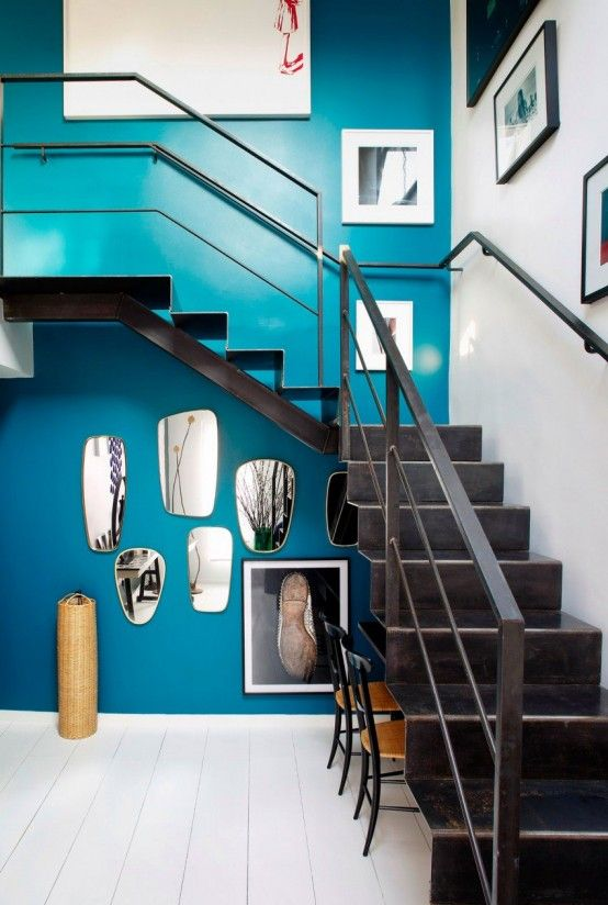 28-bold-blue-wall-with-artworks-to-make-the-space-chic