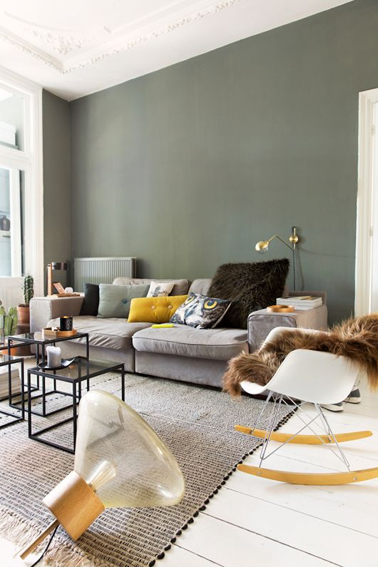 28-calm-room-in-the-shades-of-grey-with-a-green-wall-and-accents