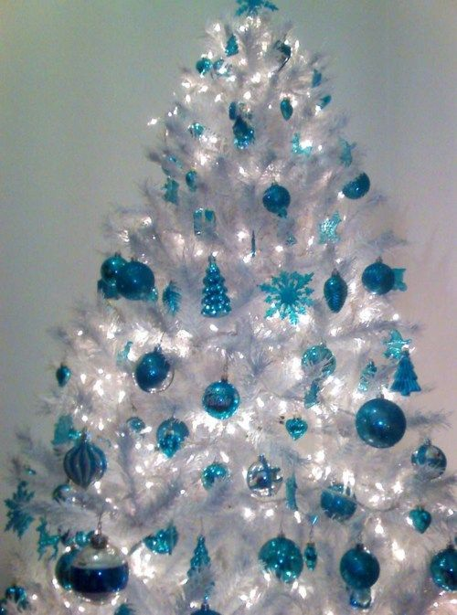 03-a-crispy-white-Christmas-tree-with-blue-ornaments