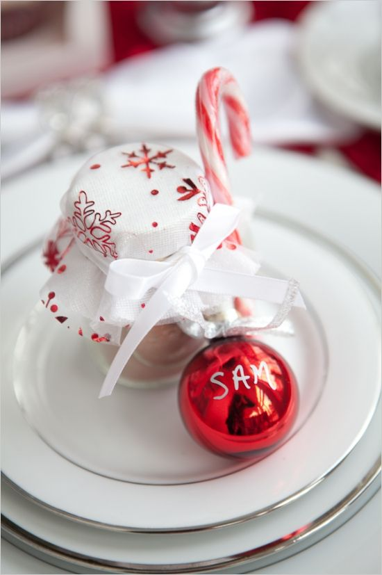 04-a-red-ornament-as-a-place-card-a-cocoa-jar-with-red-and-white-cloth