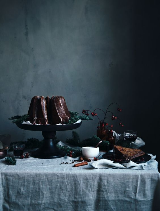 04-moody-tablescape-with-cinnamon-sticks-and-evergreens