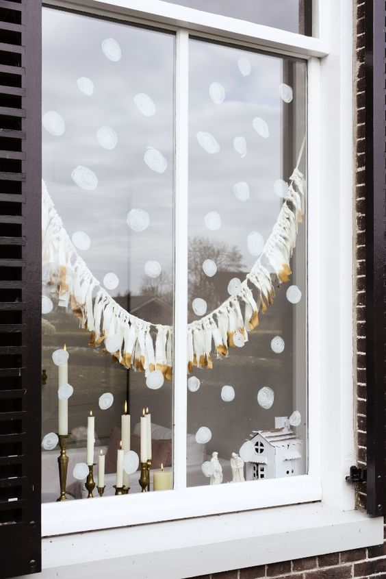 05-painted-snow-and-white-and-gold-tassel-garland