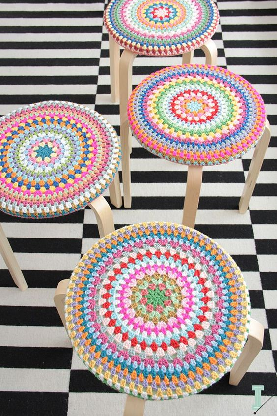 07-cover-your-stool-with-bold-crochet-wraps-for-the-cold-season-to-make-them-cozier (1)