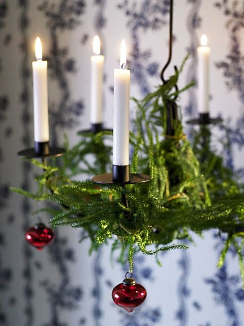 10-evergreen-branches-and-red-ornaments-are-classics