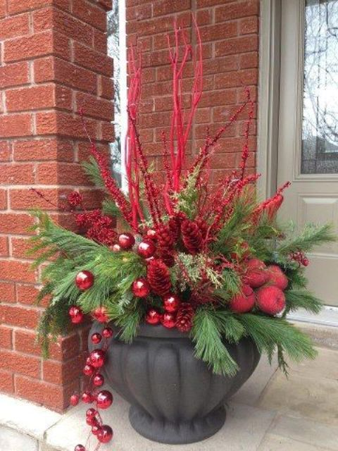 10-outdoor-arrangement-with-a-large-urn-evergreens-red-branches-and-ornaments