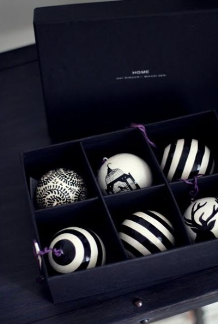 13-black-and-white-Xmas-baubles