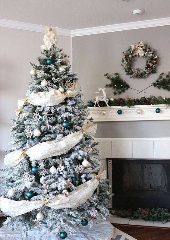 18-emerald-and-white-ornaments-and-fabric-garlands-look-eye-catching