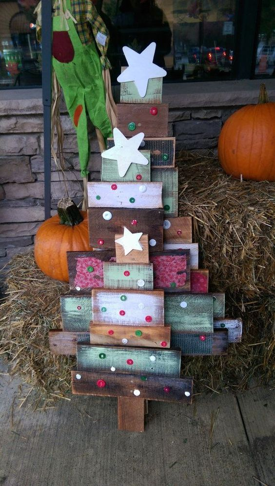 20-colorful-reclaimed-wood-Christmas-trees-with-button-decor