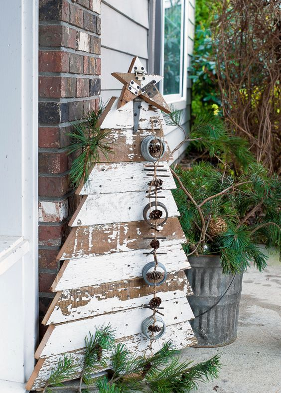 21-reclaimed-wood-Christmas-tree-and-star-in-chippy-white-boards-for-a-front-porch