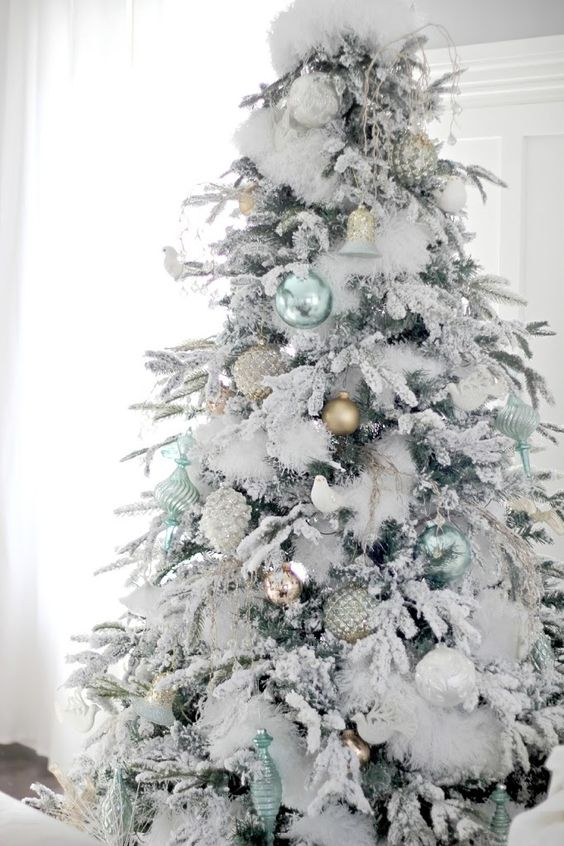 22-light-green-and-matte-gold-ornaments-look-very-fresh-on-a-flocked-tree
