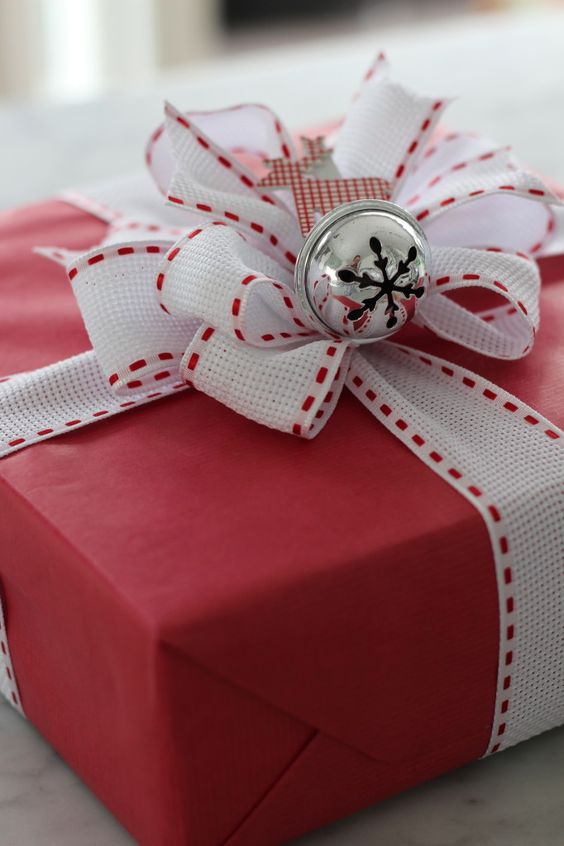 23-red-and-white-Christmas-gift-packing