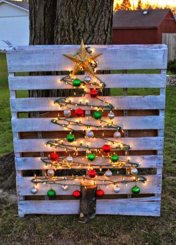 25-whitewashed-pallet-sign-and-a-tree-made-of-lights-and-ornaments