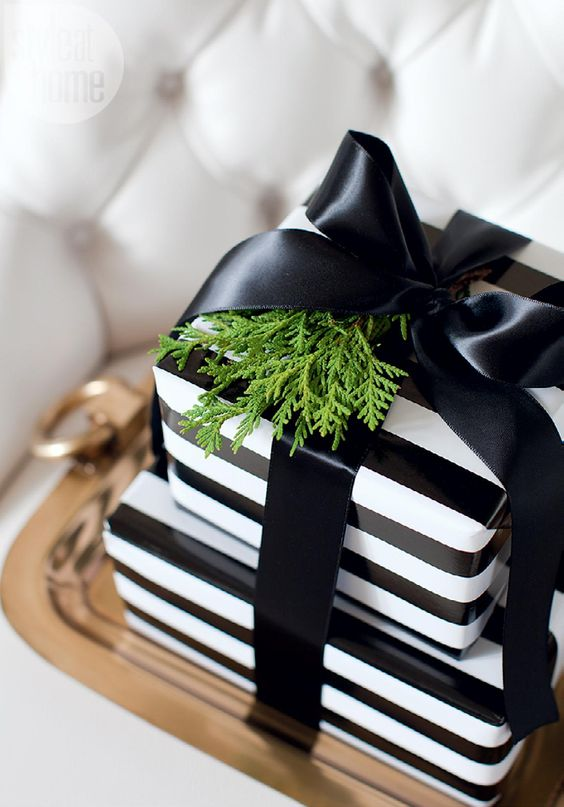 26-striped-black-and-white-gift-wraps-with-a-black-bow