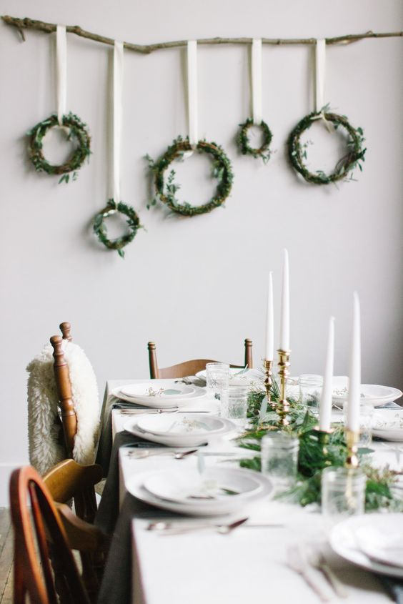 27-modern-winter-decor-with-green-wreaths-and-a-greenery-table-runner