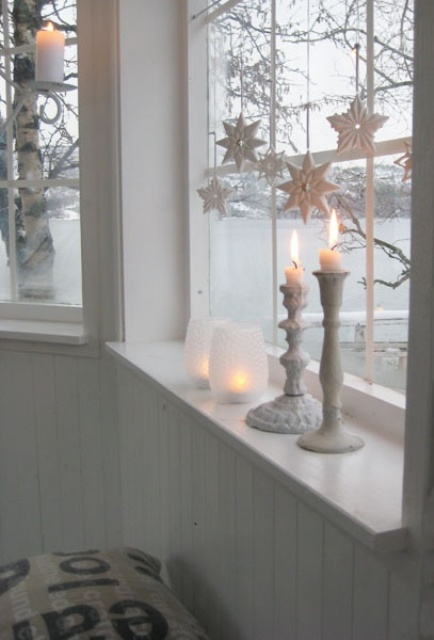 28-white-star-ornaments-and-whitewashed-candle-sticks-fit-vintage-decor