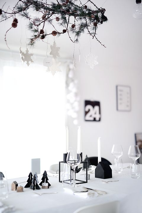 30-minimalist-black-and-white-table-decor-for-Christmas