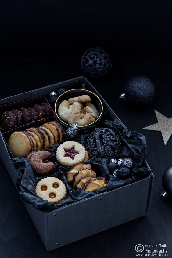 32-Linzer-cookies-and-elegant-black-ornaments-will-be-a-perfecct-gift