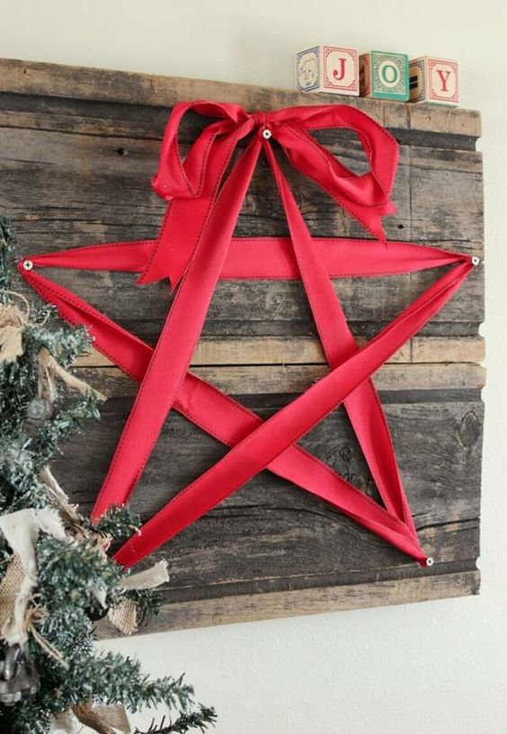 33-reclaimed-wooden-board-decor-with-a-red-ribbon-star