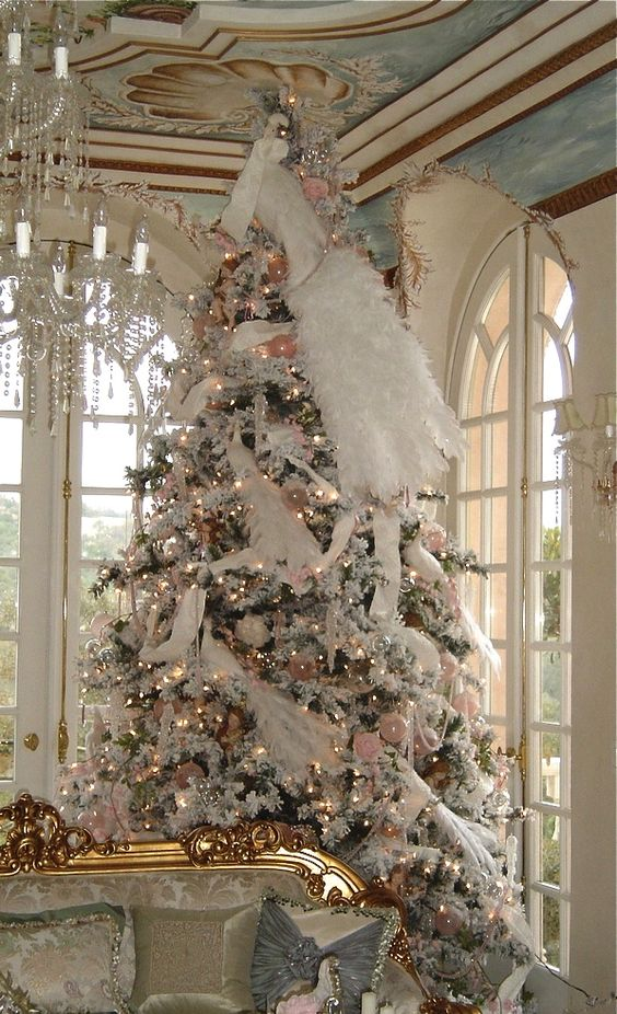 04-large-Christmas-tree-decorated-in-white-and-pink-faux-fur-and-garlands