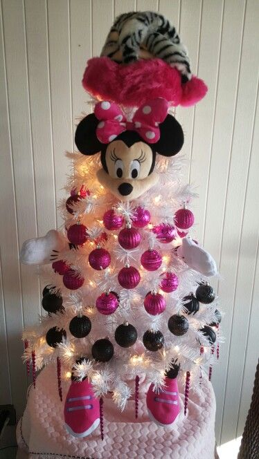 06-Minnie-Mouse-Christmas-tree-with-pink-and-black-ornaments