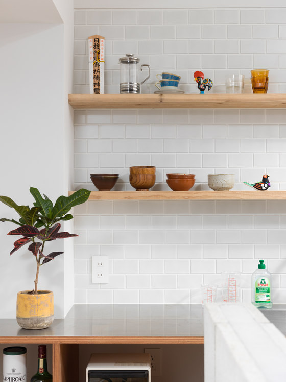 06-Subway-tiles-and-warm-wood-shelves-look-elegant-and-stylish-together