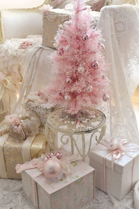 09-pink-blush-and-gold-Christmas-display-wwith-a-tree-and-gifts