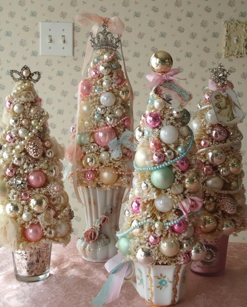 10-metallic-and-pink-jewelry-Christmas-tree-composition