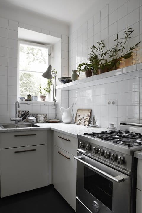 12-simple-kitchen-decor-with-tile-walls-and-countertops