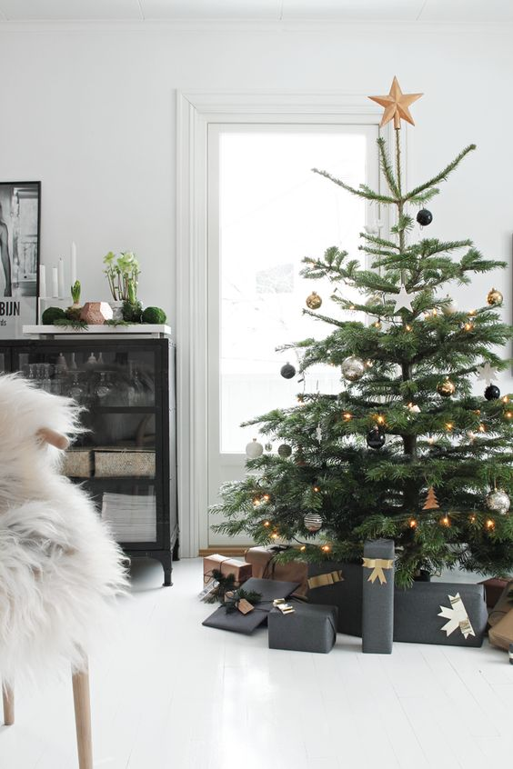 13-a-tree-with-black-white-and-gold-decor-looks-modern-and-fresh