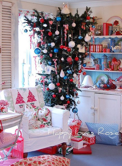 15-upside-down-Christmas-tree-looks-really-whimsical