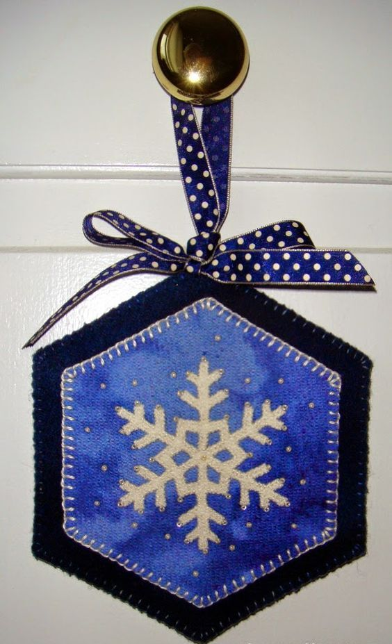 18-stitched-wool-door-hanger-with-a-snowflake