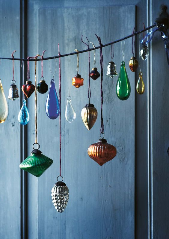 19-even-if-you-dont-have-a-tree-you-can-still-display-bold-vintage-ornaments-in-a-beautiful-way
