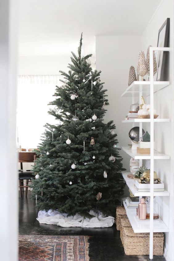 21-some-white-ornaments-is-all-that-you-need-for-a-modern-holiday-tree