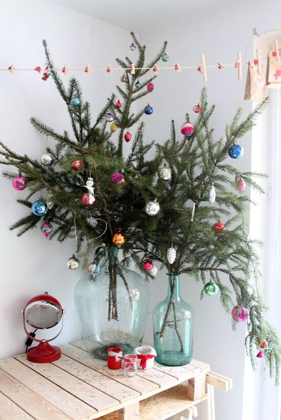 22-evergreen-branches-with-bold-vintage-ornaments