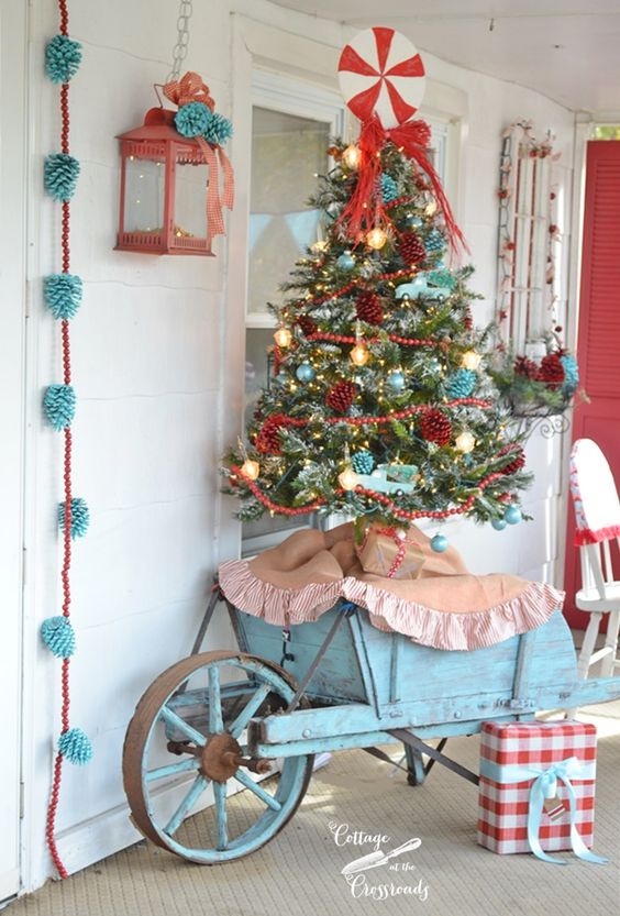 26-retro-Christmas-tree-with-red-and-aqua-decor-for-a-shabby-chic-porch