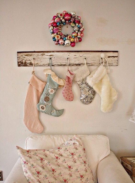 26-shabby-chic-stockings-assortment-and-bold-vintage-ornaments-wreath