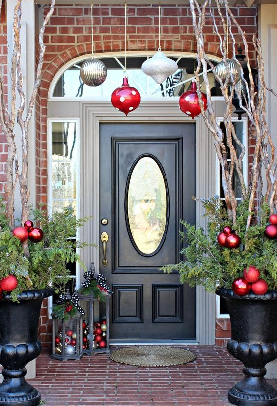 29-giant-ornaments-hanging-over-the-entrance