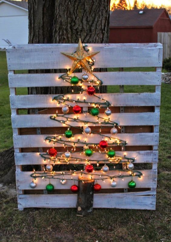 34-light-wood-pallet-tree-with-simple-colored-ornaments