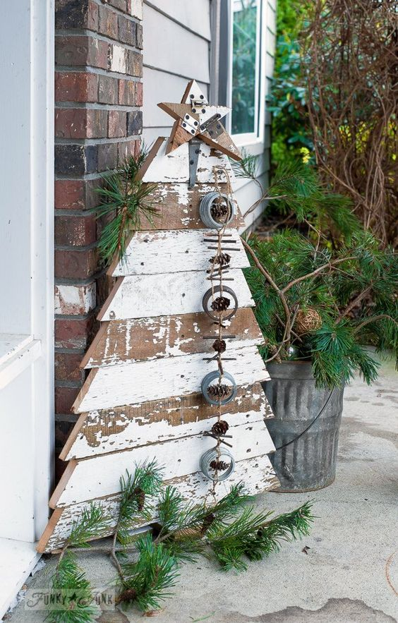35-shabby-chic-pallet-tree-with-a-garland-of-jar-lids-pinecones-and-sticks