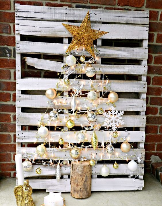 39-whitewahsed-pallet-Christmas-tree-with-gold-ornaments-and-decor