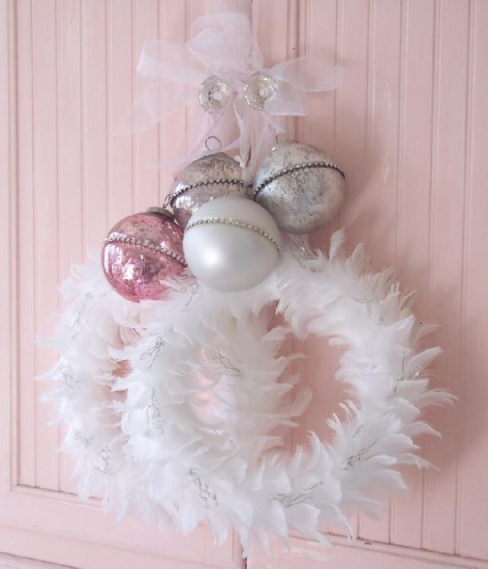 45-white-feather-wreath-with-vintage-pastel-ornaments
